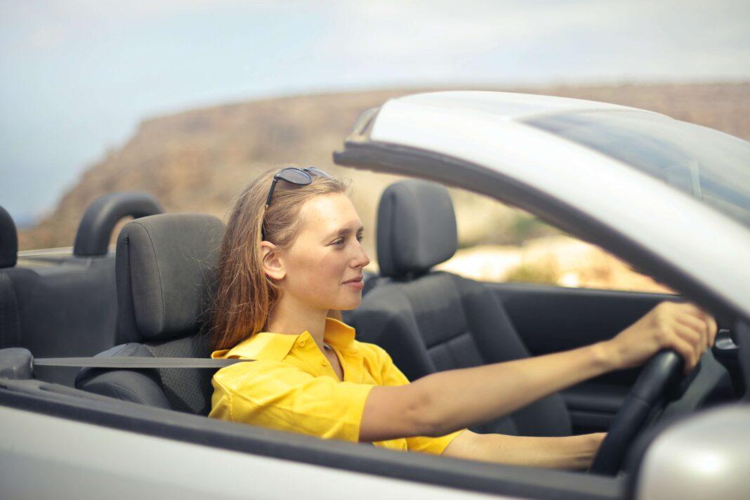 młoda kobieta prowadząca samochód